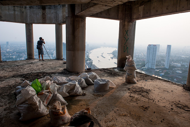 Photographers can take spectacular views of Bangkok from the Sathorn Unique (Flickr / Thibaud-Saintin)