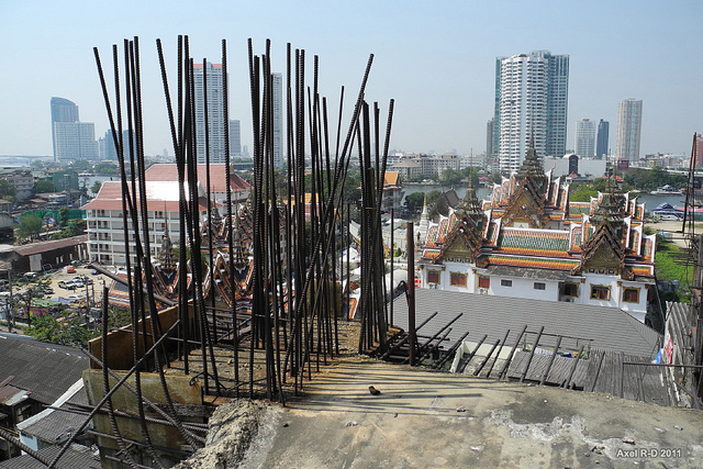 The view from a lower floor of Sathorn Unique over the Wat Yannawa temple (Flickr / Axel Drainville)